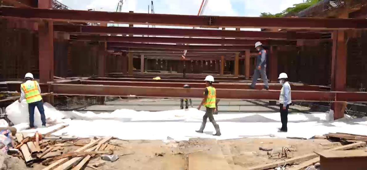 Các kĩ sư đang làm việc tại công trình hầm chui Nguyễn Văn Linh